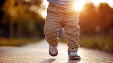 Korainak számít az EU-ban 28 évesen szülni