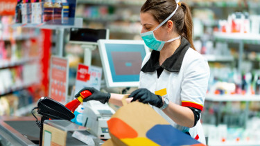 koronavírus bevásárlás pénztáros