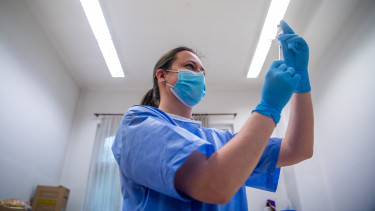 koronavírus budapest oltás vakcina mti
