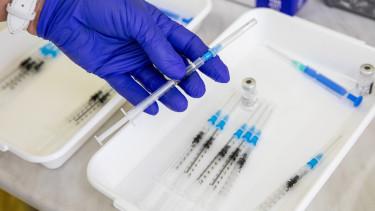 koronavírus járvány covid-19 vakcina oltás ampulla tű