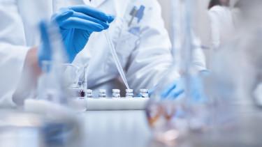 koronavírus járvány kutatás gyógyszer fejlesztés