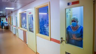 koronavírus maszk kórház ápoló mti