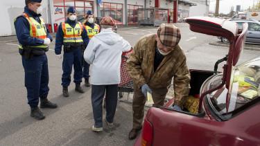koronavírus rendőr bevásárlás nyugdíjas