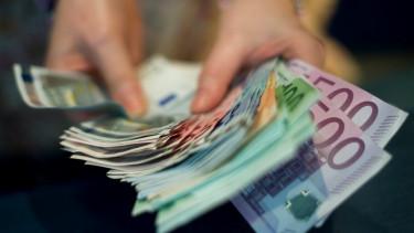 köteg euró, pénzpolitika