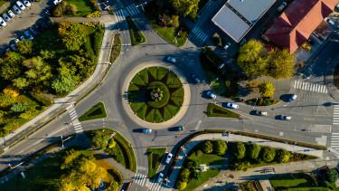közlekedes drón körforgalom felülnézet