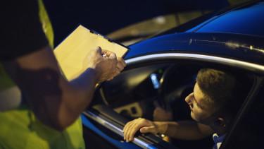 közúti ellenőrzés rendőr