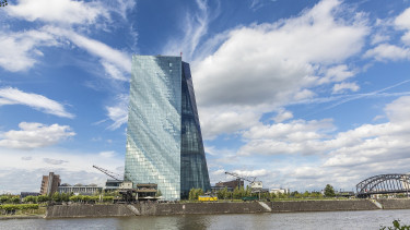 Leghatalmasabb fegyverét vetheti be az EKB, hogy életet leheljen a gazdaságba
