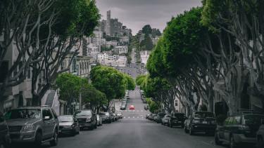 lejtmenet ingatlan utca parkoló autók