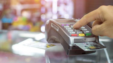 Megkongatták a vészharangot: brutális felfordulásra figyelmeztetnek a bankok a fizetéseknél