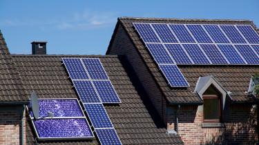Napenergia: a szegényebb háztartások jobban akarják, mint a gazdagabbak?