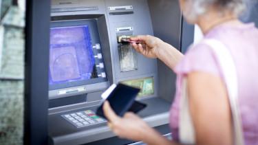 nő atm készpénzfelvétel bankautomata