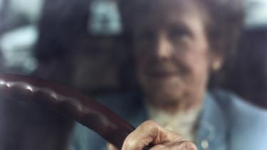 nyugdíjas öreg nő vezet kocsi
