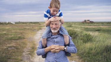 nyugdíjas unoka gyerek fiatal