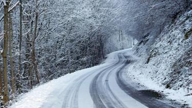 Ónos esőre, intenzív havazásra figyelmezteti az autósokat a közút