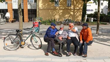 Örülhetnek a nyugdíjasok: már úton van a prémium