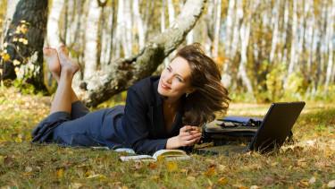 ősz laptop erdő befektető tőzsde részvényüzletasszony businesswoman