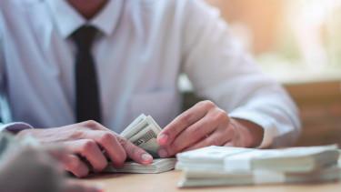 pénzt számoló ember