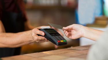 Pörög a készpénzmentesítés, mégis csak 1,4 millió magyar fizet bankkártyával