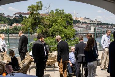 Portfolio Konferencia résztvevői a Mariott Budapest Hotel teraszán 2021-ben