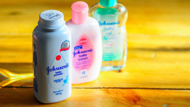 Rákkeltő babahintőpor miatt esik a Johnson&Johnson