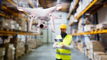 Raktári munkás egy drónnal. Fotó: Shutterstock