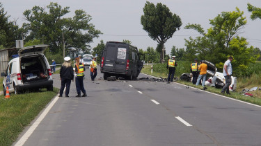 Rendõrök helyszínelnek a 44-es úton 2015. június 26-án. A Kondoros és Békéscsaba közötti szakaszon egy kisteherautó és két személygépkocsi karambolozott. A balesetnek három sérültje van, egy ember a helyszínen meghalt.