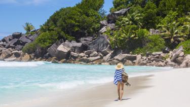 seychelle szigetek strandoló lány
