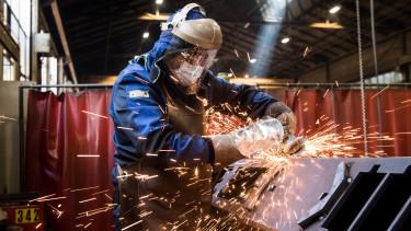 svájc ipari munkás dolgozó koronavírus járvány maszk