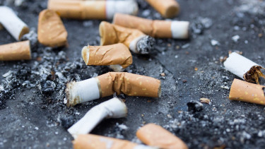 Szelektíven gyűjtenék a cigarettacsikket és a dohánycégekkel fizettetnék meg