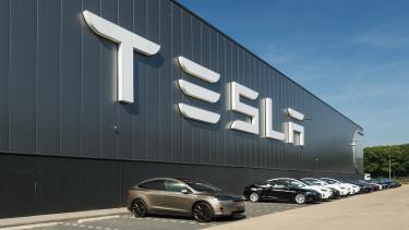 Személyesen lobbizik a Tesla alelnökénél ősszel Szijjártó