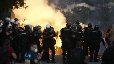 szerbia belgrád tüntetés koronavírus kijárási korlátozás