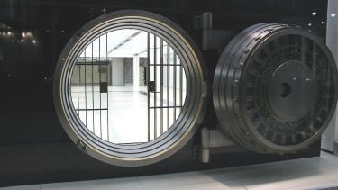 Tévedés, hogy a bankban van a pénzünk - félelmetes válságtól tart a guru