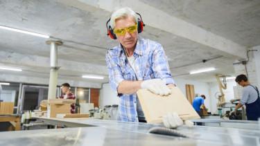 Több százezer magyar nyugdíjas kénytelen munkát vállalni, hogy kiegészítse a nyugdíját.