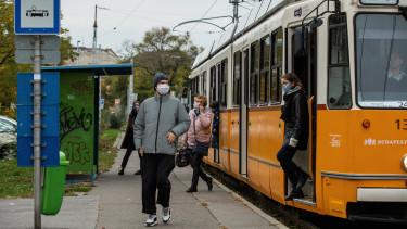 tömegközlekedés maszk koronavírus járvány villamos