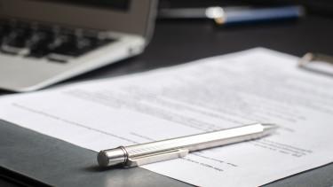 ügyvéd szerződés papír toll