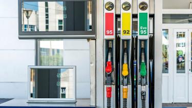 Új címkézést vezet be az EU a benzinkutakon és az autókon