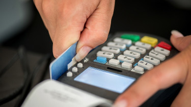 Új világ jön a bankkártyáknál: négy fontos változás, amire figyelned kell