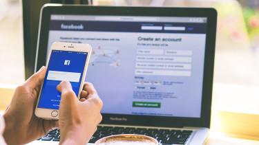 Újít a Facebook: kettévágná a hírfolyamot