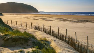 üres tengerpart turizmus