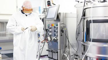 valami ember egy biotechnológiai laborban