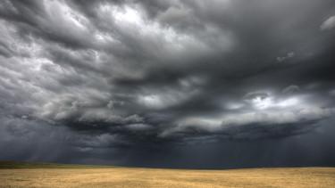 vihar komor szürke