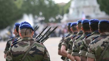 Visszaállítja Franciaország a sorkatonaságot