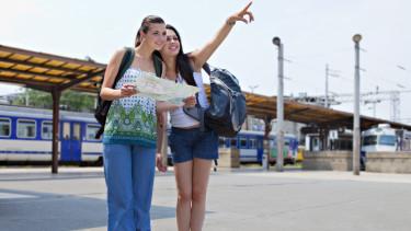 vonat utazás nyaralás nők lány getty stock