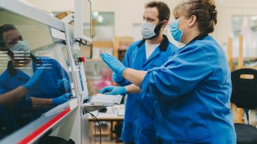 worker gyári munkás dolgozó covid koronavírus