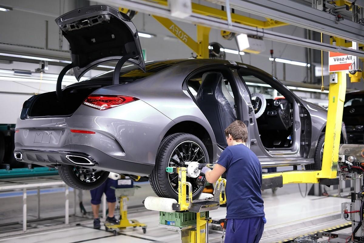 A Mercedes-Benz megkezdi az új CLA Coupé gyártását Kecskeméten: kerékszerelés