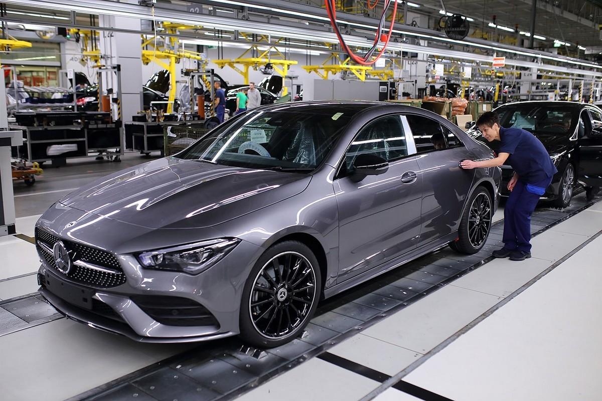 A Mercedes-Benz megkezdi az új CLA Coupé gyártását Kecskeméten: minőségellenőrzés a gyártósor végén