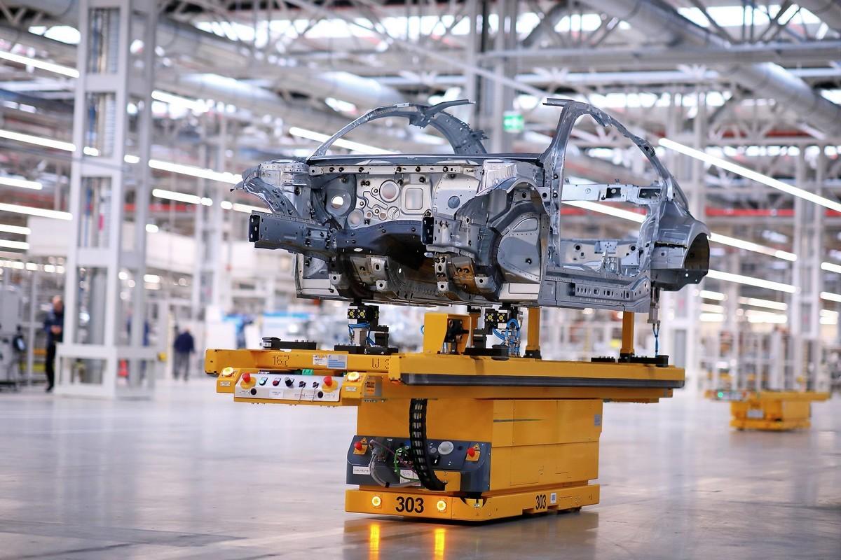 A Mercedes-Benz megkezdi az új CLA Coupé gyártását Kecskeméten: a karosszériaüzemen belül egész nyerskarosszériákat mozgatnak vezető nélküli szállítójárművekkel az egyes gyártólétesítmények között