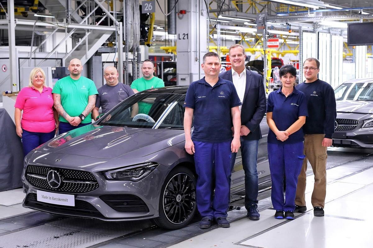 A Mercedes-Benz megkezdi az új CLA Coupé gyártását Kecskeméten: Christian Wolff (jobbról a harmadik), a Mercedes-Benz Manufacturing Hungary Kft. ügyvezető igazgatója az alkalmazottak körében az új CLA Coupé gyártásának kezdetekor
