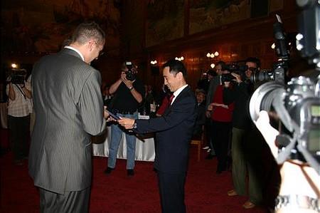 Koji Shimato (Ibiden ügyvezető igazgató) átveszi a díjat