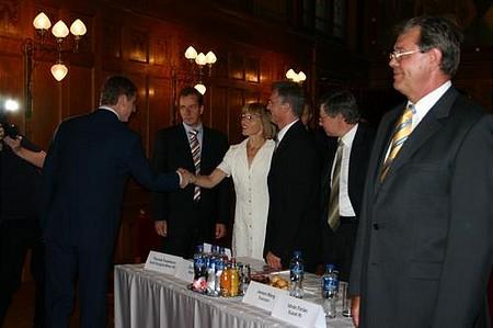 A miniszterelnök minden befektetővel kezet fog